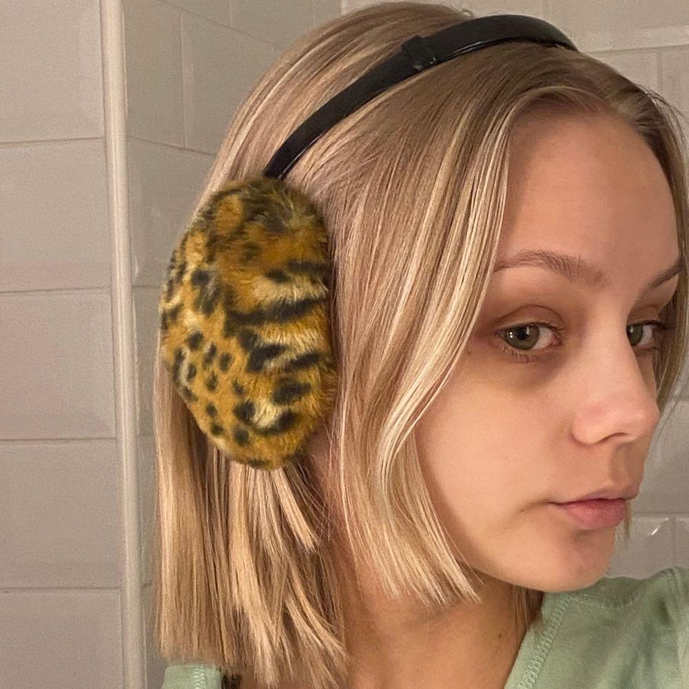 Trendiga öronmuffar i leopardmönster! Superbra nu när det är kallt också! De är justerbara efter ditt huvud så de passar alla storlekar. Varan har inga defekter och är som nya! Läs gärna mina villkor innan köp 🧚🏼💓. Accessoarer.