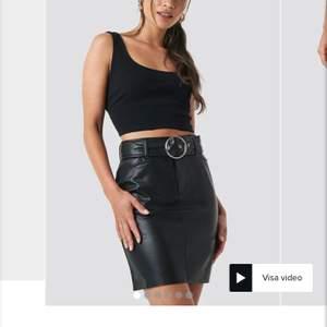 Skinn kjol från Na-kd med avtagbart bälte! Använd fåtal gånger men börjar bli för liten på mig. Köpt förra sommaren för 449kr mitt pris är 140kr