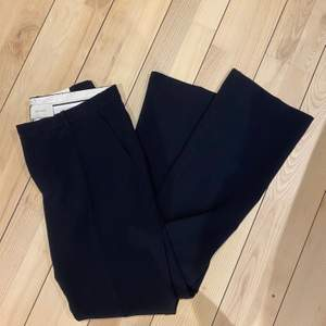 NEO NOIR kostymbyxor  Aldrig använda kostymbyxor, säljes då storleken är för stor för mig tyvärr.  Raka/bootcutben  Köparen står för frakten
