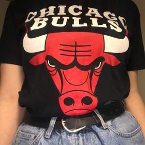 Chicago bulls t-shirt, strl M, gott skick!❤️🖤 Om flera är intresserade så är det buda i kommentarerna som gäller! Avslutar 14/2.