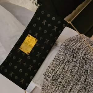 Clutch väska monogram small köpte den på en vintage butik har inte använt den. Vet inte om det är en äkta Louis voitton väska men det är så fin. Pris 300kr frakt tillkommer