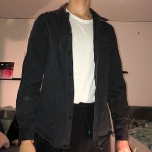 Svart Weekday skjorta. Storlek M