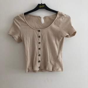 beige t-shirt från h&m, knapparna går inte att knäppa upp