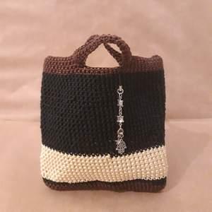 Hand gjorde en lite handväska. Pris inkl leverans kostna.