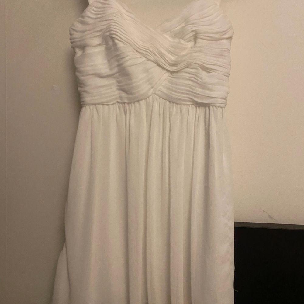 Söt vit klänning som endast är använd en gång. Säljer pga att den är för liten för mig. Är typ xs/xxs . Klänningar.