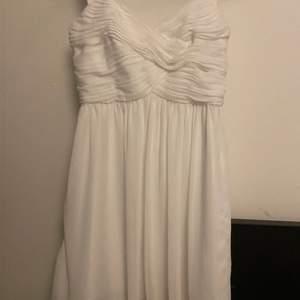 Söt vit klänning som endast är använd en gång. Säljer pga att den är för liten för mig. Är typ xs/xxs