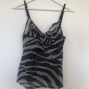 Transparent linne med justerbara axelband från Dolce & Gabbana i zebra mönster!  🎈SÅLD🎈, har och kommer lägga upp flera liknande plagg så har annonsen uppe <3