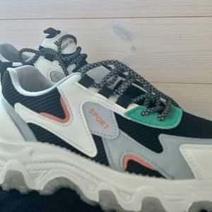 Ett par skor för 400kr, köpte för 500kr. Storlek 38!! (Vet inte kostnaden på frakten)
