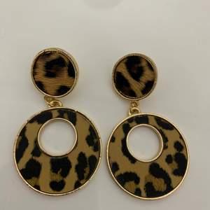 Ett par leopard printade örhängen, har aldrig använts!!! För intresse skriv privat. (Ord pris 100kr)