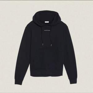 Svart hoodie med luva från Sandro Paris. Stl M (herr) eller oversize passform för tjejer. Gott skick!