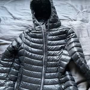 Svart jacka från Everest, har två fickor fram, aldrig använd, priset kan diskuteras🤩