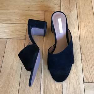 Så snygga svarta sandaletter från H&M som till min fasa var för små. Snygga chunky klackar, och coolt snitt över foten. Helt nya och endast provade att gå i.   Kan mötas i Stockholm eller skicka mot fraktkostnad! ✨🌸✨