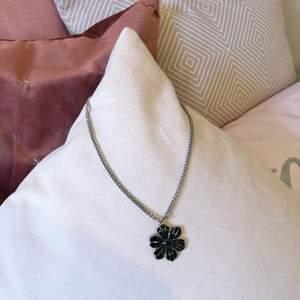 Säljer detta halsbandet med en svart blomma på. Jättefint men inte riktigt min stil. Skriv för mått och storlek, eller andra frågor. Frakt tillkommer på 12 kr.