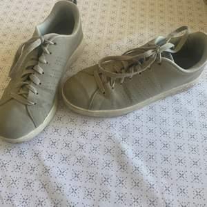Säljer ett par adidas skor i storlek 39&1/3. Köparen står för frakten. Säljes för 150kr. Fräscha för att vara några år. Skonsamt andvända. Mvh Lovisa