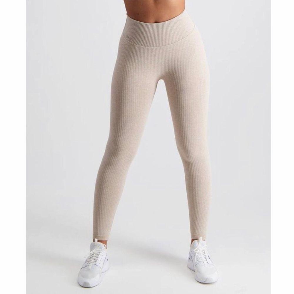 Snygga träningsbyxor från Aim'n sportswear, beige ribbed seamless tights. Lite små i storlekarna jag har M och är mellan S/M. Nypris 599kr✨ pris kan diskuteras. Jeans & Byxor.