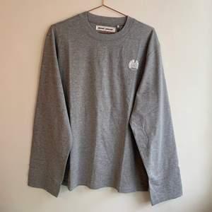Weekday x Santa Cruz Grå långärmad T-Shirt - unisex size S. Helt ny med tags kvar. 300 kr nypris!