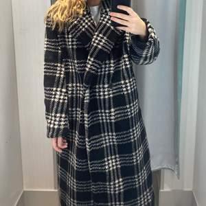 Mycket fin kappa från Hm Trend. Funkar året om och passar till mycket. Gott skick!