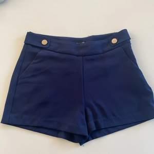 Blåa shorts med silver detaljer, fina till sommaren.