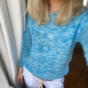 Sommrig stickad tröja med knäppning
