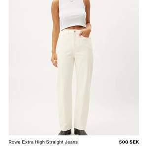 Ett par weekday jeans i modellen rowe i vitt i strl 25/30, modellen är extra high. De är fint skick dock har de en fläck som syns i vissa ljus men som man verkligen inte tänker på (sista bilden). 💖❤️