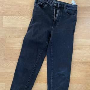 Säljer relativt nya mom jeans, svarta 🥰