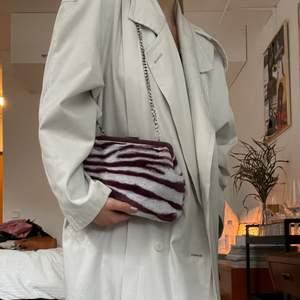 """En riktigt cool """"lurvig"""" väska från Zara. Aldrig använd, dock kan låset sitta lite hårt ibland så lite svåröppnad. 100kr+frakt 🌞🍒"""