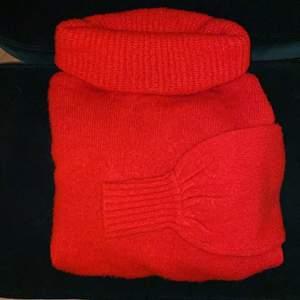 Mysig och fin stickad polotröja! I en cool röd färg! Storlek XS, men passar XS-M, skulle säga One Size!