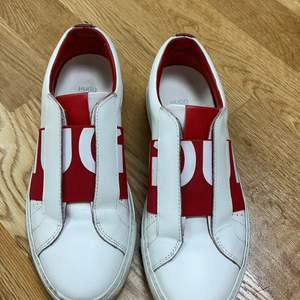 Säljer mina Hugo boss skor då de ej kommer till användning, de är använda några gånger och kommer i helt okej skick, creesen försvinner såfort man tar på sig dom. Köpta för 1800 och säljer för 500