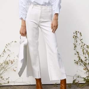 """Snygga knappt använda vita jeans från Zara i modellen """"the marine straight"""" i storlek 34 🤍"""