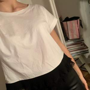 Säljer denna super söta t-shirt ifrån Zara. Den är helt basic, men har svart spets längst ner. Den är använd ett fåtal gånger, och är som ny. Säljer den pga att jag har tröttnat på den. Köparen står för frakten💕💕