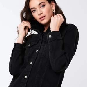 Svart tvättad jeansjacka i storlek XS. Aldrig använd och köpt 2019. Vill bli av med därav billigt pris.