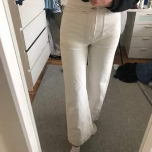 As snygga weekday byxor som är använda 1 gång men det märks inte! Dom är tyvärr för korta för mig i benen som är 178 lång så passar någon som är kortare beroende på hur man vill att de ska sitta! Orange söm med stora fickor som gör dom super balla! Passar storlek s perfekt 💙💙