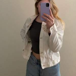 Jätte fin vit jeansjacka från h&m! 💘 Bara använt några gånger så den är i bra skick.