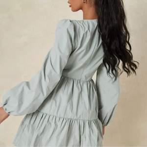 Grön volang klänning från Miss Guided och är helt oanvänd med prislappen på. Hör av er för fler bilder😊 Nypris:449kr