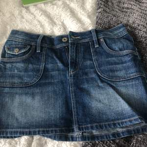 Superfin mörkblå jeanskjol att ha på sommaren. Har små söta fickor på rumpan! Storlek XS/S. Passar någon runt 165 bäst då den är ganska kort. (Bara fråga om ni vill ha måtten😊) möts upp på södermalm/Hammarbysjöstad, och fraktar men då står köparen för frakten💓