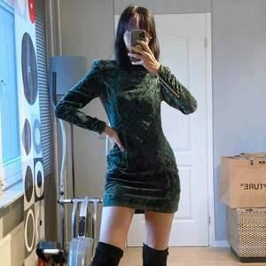 Balmain x H&M klänning i sammet. Otroligt fin, använd ca 3 gånger (riktigt bra skick). Säljer för 500kr då jag behöver rensa min garderob fort! Originalpris: 1400kr, billigare hittar du inte! Bild från runway (Bella Hadid)
