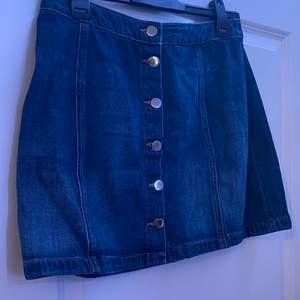 Säljer min jeanskjol då den är alldeles för stor för mig och kommer därför inte till andvändning. Kjolen är köpt på HM. Den är även i bra skick då den bara är andvänd 2 gånger💕. Om du är intresserad av att köpa eller har npgra frågor är det bara att skriva till mig! Köparen står för frakten🥰