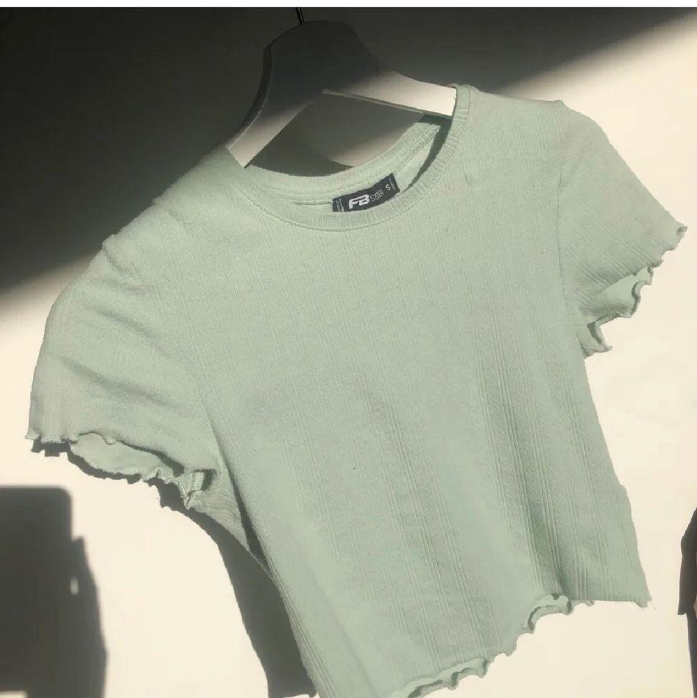 Pastellgrön t-shirt, knappt använd. Har stl S men är stretchig och passar nog flera storlekar. Jättebra skick! 💚💚. Toppar.