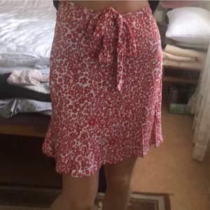 Blommig kjol köpt från förra sommaren ❤️ Kan knyta den