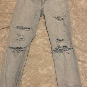 säljer dessa mom-jeansen som jag har använt ett fåtal gånger. Anledningen till att jag säljer dem är för att dem inte passar mig längre som ni ser på bilden. Passar perfekt i längden om ni är ca 160