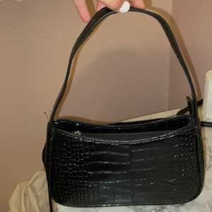 Fin krokodil väska som jag köpte från shein för typ 1 månad sen, som jag inte riktigt tyckte var min stil. as fin väska men den är lite för kort i banden men den skulle vara perfekt om man bara håller den i handen🤍  Helt oanvänd!!