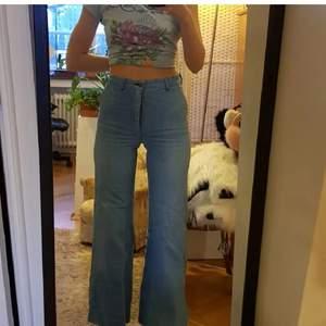 Högmidjade jeans köpta secondhand från 70talet (om jag minns rätt)💕💕 kan tyvärr inte fixa fler bilder än dessa med dom på då de är för små för mig i nuläget, dessa bilderna är gamla💚 sitter typ som en mindre s eller xs kanske:)