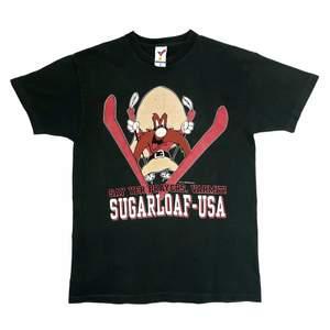 Vintage Single Stitch Råbarkar-Sam (Yosemite Sam) T-shirt från 1993🤠 • Size: L • Cond: Superbra vintage skick (mindre fläck finns) • Mått: Längd: 72cm Bredd: 53cm