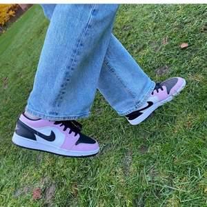 Säljer min Jordan 1 Low Arctic Pink som var köpt har i plick har inte haft chansen att använda dem sedan dess.  Den har lite smuts men kan enkelt tas bort (jag rengör dem innan jag skickar den). Storlek 36,5 men kan passa 37 också. Säljer för 900 men kan diskuteras vid snabb affär. !OBS: första bilden är lånad!