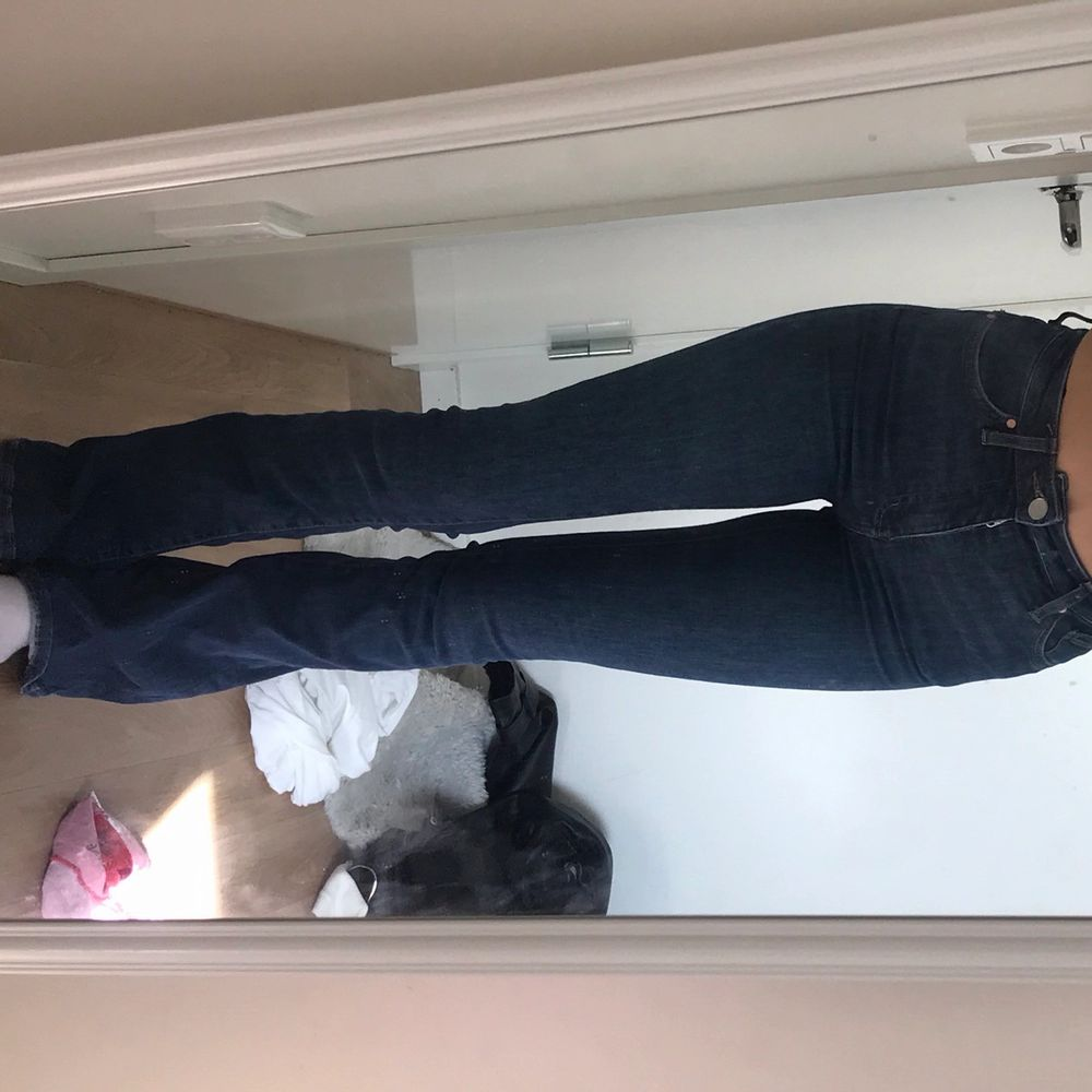 Superfina, mörkblå, highwaisted jeans. Använt ett par gånger, men är inte min stil längre. . Jeans & Byxor.