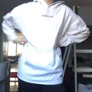 Vintage Quick silver hoodie, osäker på årtal men den är väldigt skön och har fint tryck på ryggen. Känns som en L. Billig för att den är använd