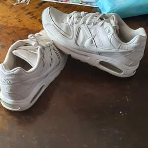 Säljer min pojkvän Nike air max command som är utsåld och I bra skick.  passar 42_43.finns fler bilder och bud I kommenterna