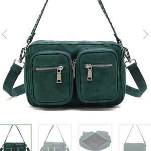 Grön noella väska köpt för 600kr, använd ett fåtal gånger och i väldigt bra skick. Första och sista bilden är lånad.
