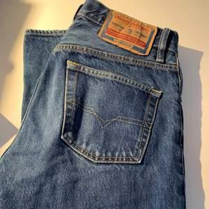 Äkta diesel jeans som är thriftade. Låga i midjan och raka hela vägen ner. Jag är 173 cm. Frakten ingår i priset, kan mötas i Stockholm💓