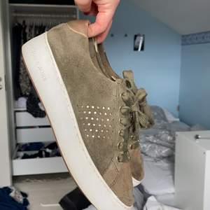 Militärgröna Michael kors sneakers. Säljer dem billigt då de är några år men ändå ett väldigt bra skick!! Pris kan diskuteras vid snabb affär❤️